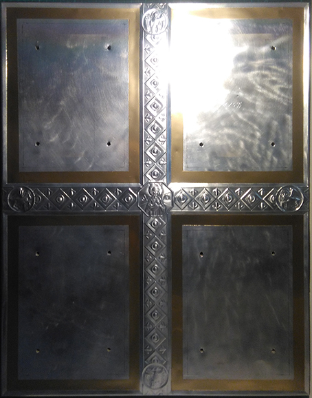 Mirasole - progetto ambone, la lastra di fondo sbalzata e parzialmente dorata