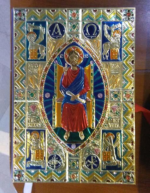 """La """"Pace del Buon Pastore"""" copertina di Evangeliario, in opera in chiesa, dopo la messa"""