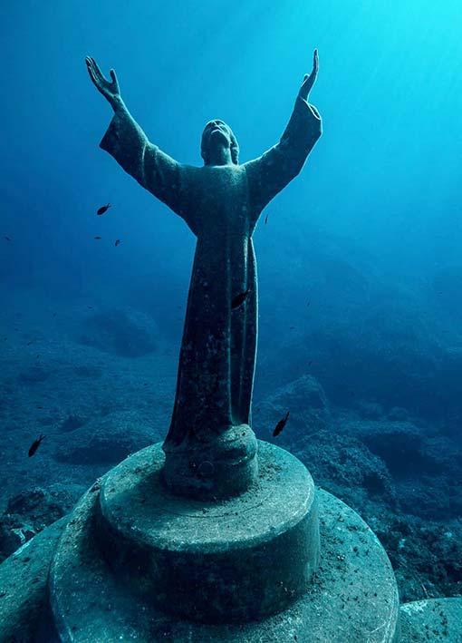 Foto subacquea del Cristo degli Abissi di san Fruttuoso. Da: https://hotelhelvetia.it/wp-content/uploads/2021/04/03-5-1000x1130.jpg
